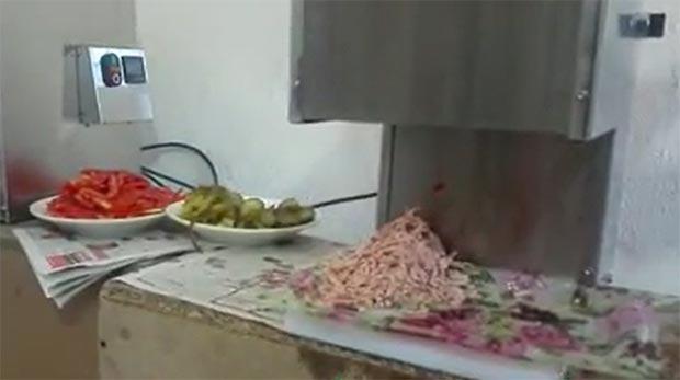 خلال کن گوجه