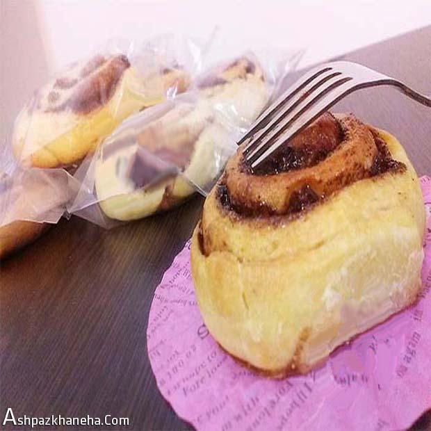رول دارچینی شیرینی کشمشی حلزونی