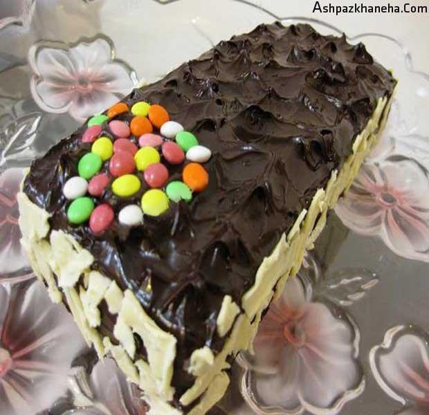 کیک کره ای وانیلی با گاناش و تزیین شکلاتی